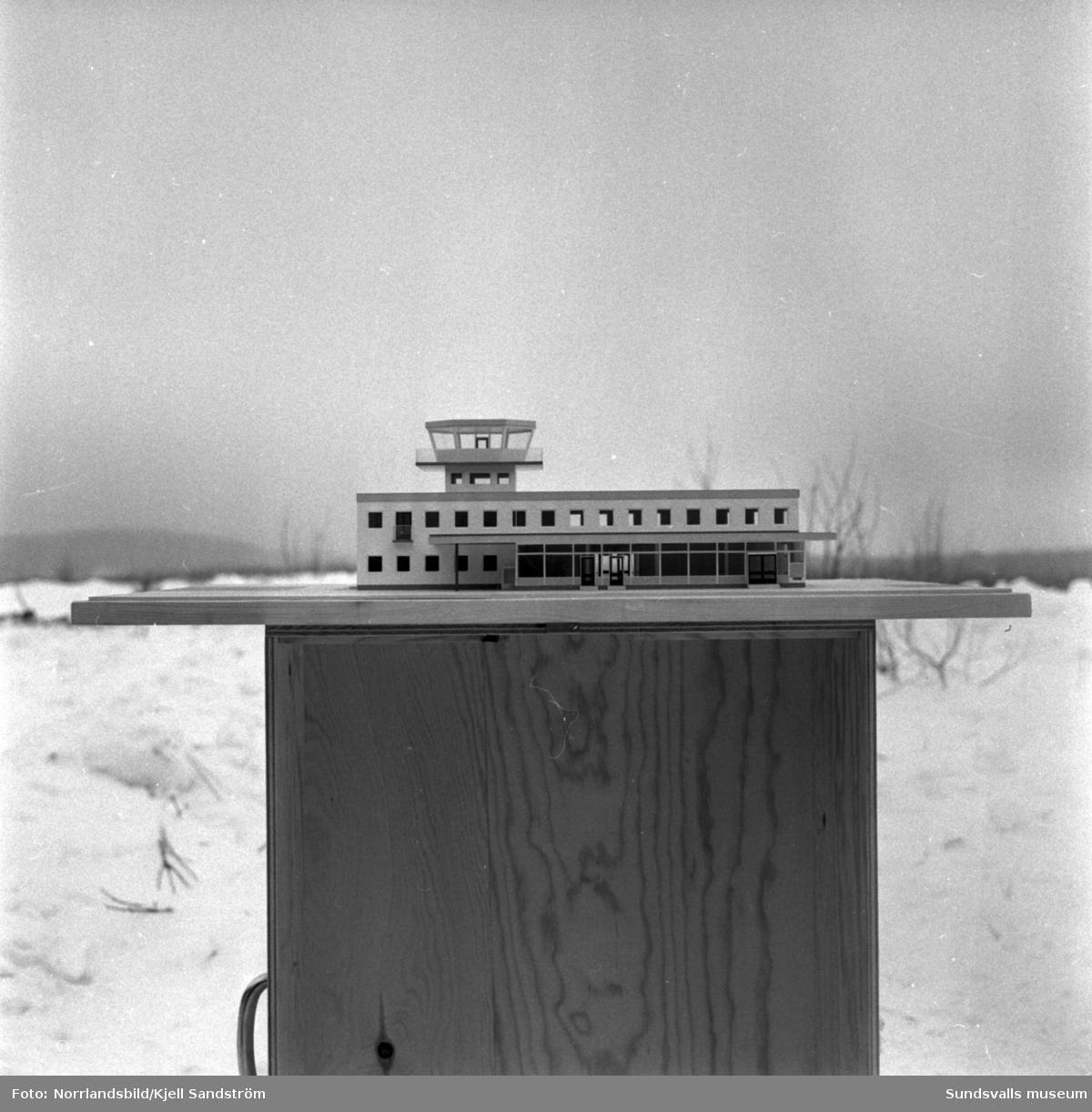 Första spadtaget tas för den nya stationsbyggnaden på Midlanda samt bilder av en modell av byggnaden.