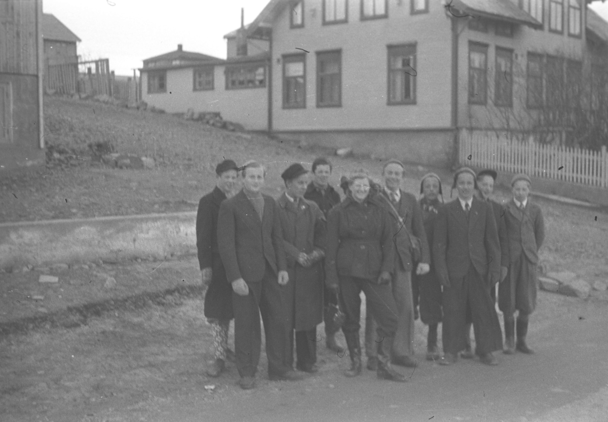 Flere ungdommer poserer for fotografen. Noen av de er, fra venstre: Tor Hauge, Per Bjørgan, Sigmund Hansen, Odd Elvebakk, Bjørg Hofseth, Ernst Lebesby og fire ukjente personer til høyre på bildet. Stedet er ukjent, men kan være i Vadsø.