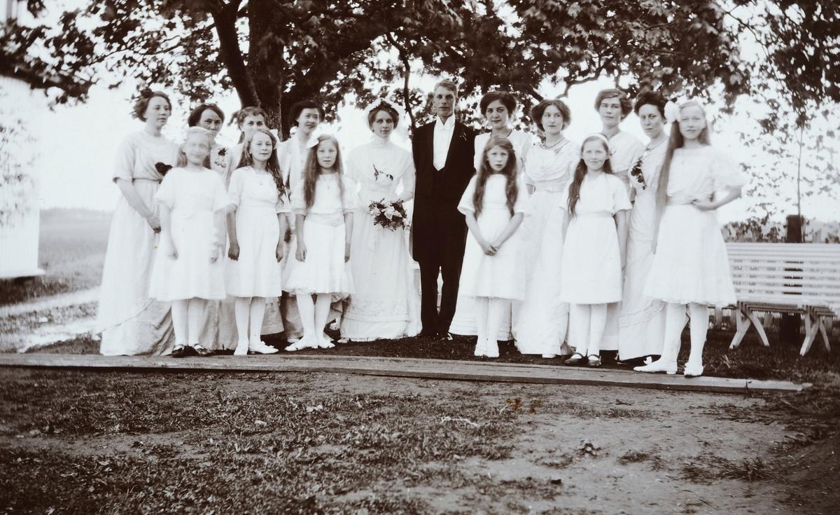 Rømma gård i Løten .Bryllup, brudeparet Olivia f. Søberg g. Kleppen og Halvard Kleppen. Brudepiker. Halvard var gårdbruker på Kleppa gård (Klæpa).