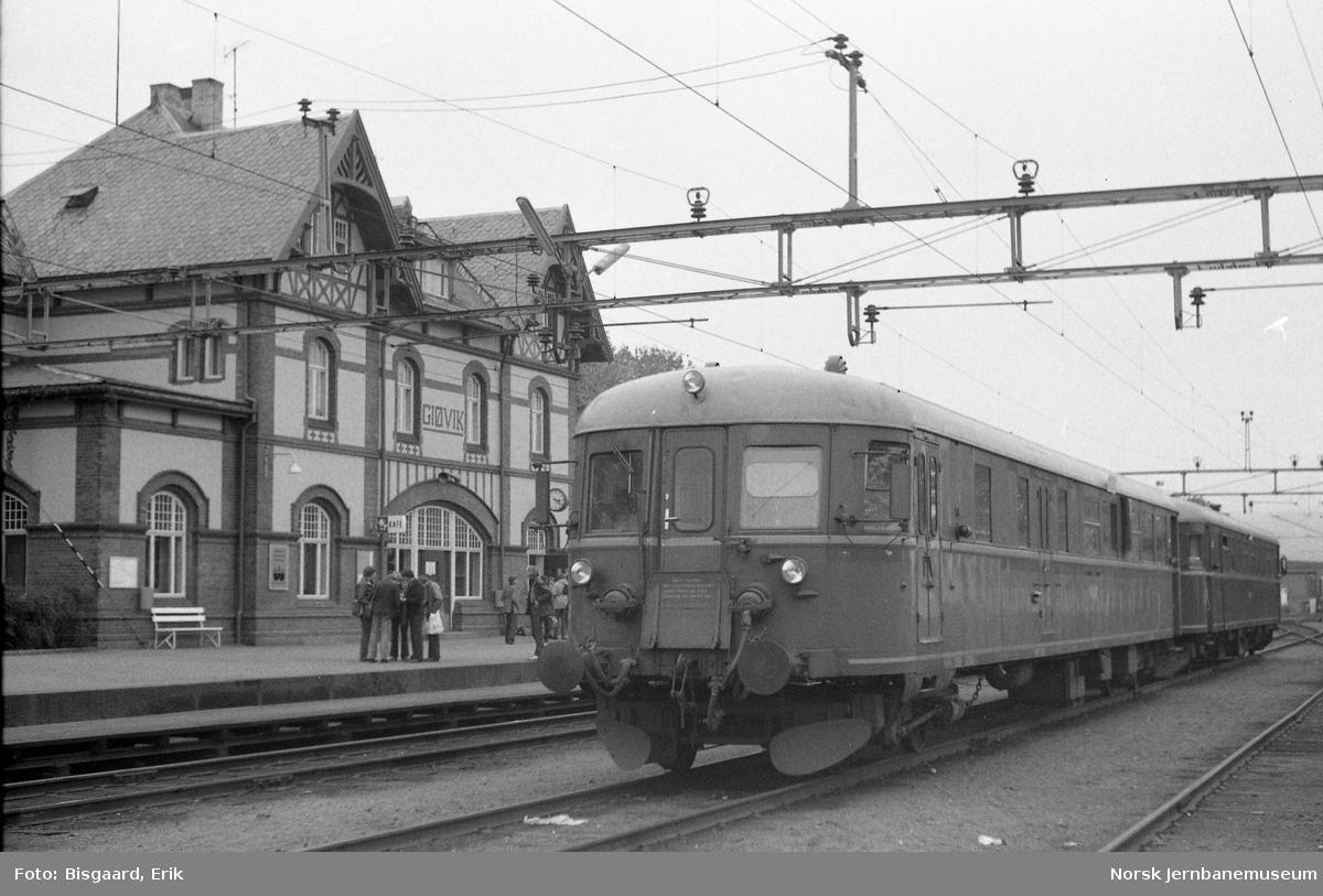 Utfluktstog for Norsk Jernbaneklubb på Gjøvik stasjon, med  styrevogn BDFS 86 65 og motorvogn BM 86.