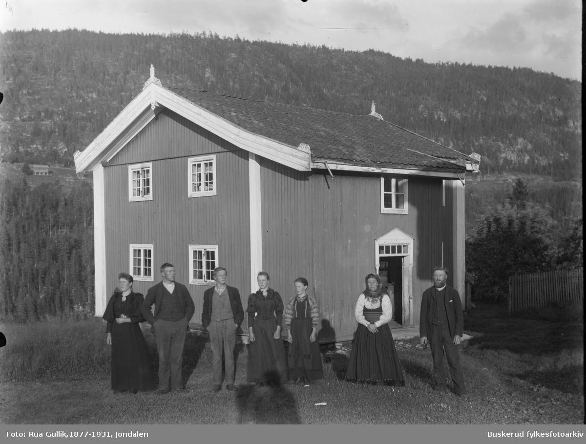 Gården nedre Nisi i Gransherad Gården nedre Nisi i Gransherad Hans Høljeson Nisi (1841-1925) og kona Tora Olsd. Bøen (1844-1914) Barn fra venstre: Anne (1874....) , Jon (1870-1856) , Torbjørn (1875-1920) Torbjørg (1882.....) og Tora (1877......) Tinnoset Telemark 1898