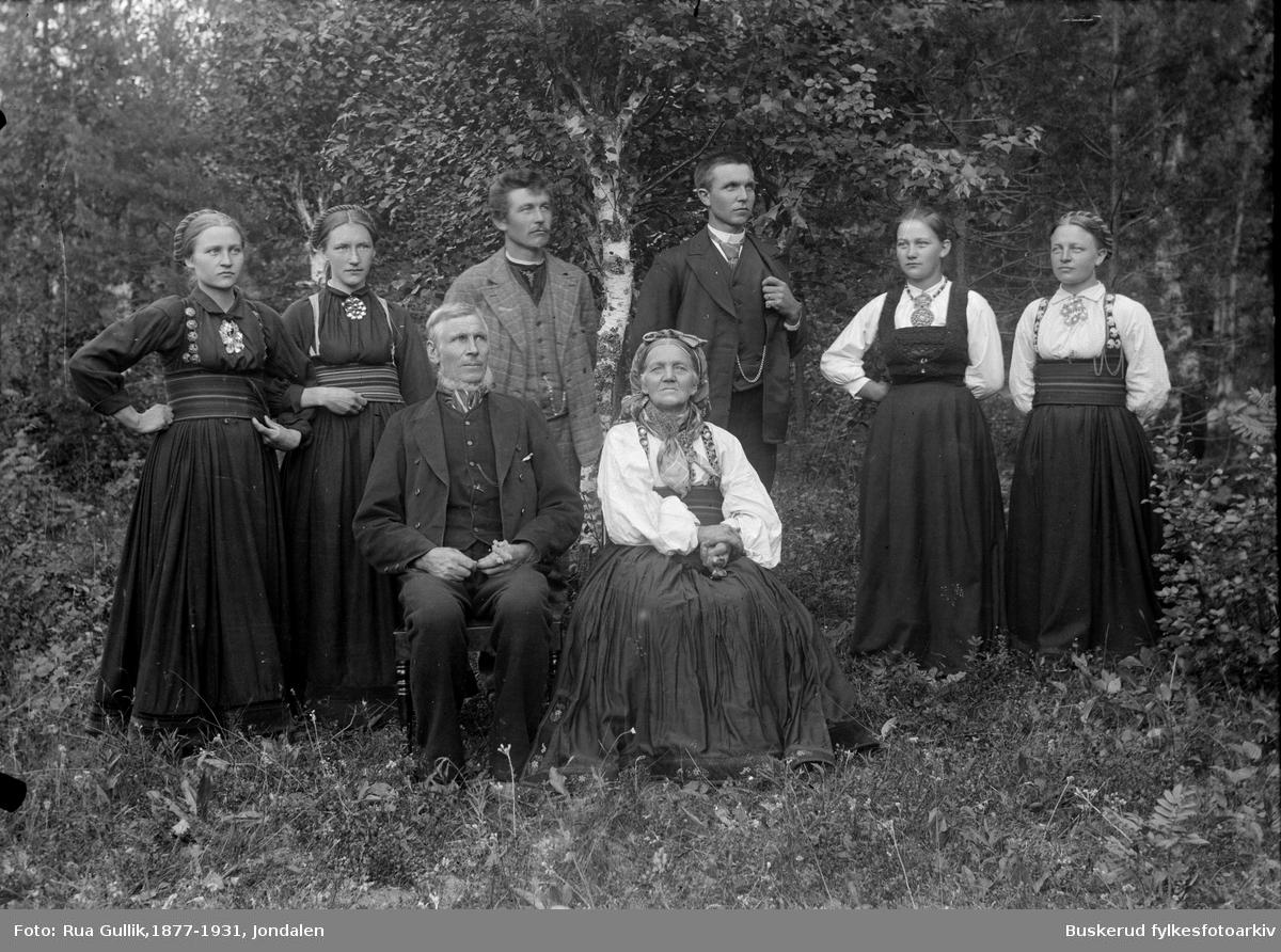 gruppe med tre menn og fem kvinner kledd i bunad :: Hølje T.Kopsland (1830-1897) kona Torbjørg Høljesd. Hafsten (1834-1913) Barn: Ola (1864-1940) , Bergit (1867-1957) , Tora (1870-1956) , Torbjørg (1870-1945) , Johannes (1875-1949) og Aslaug (1879-1970) Gransherad Telemark 1897
