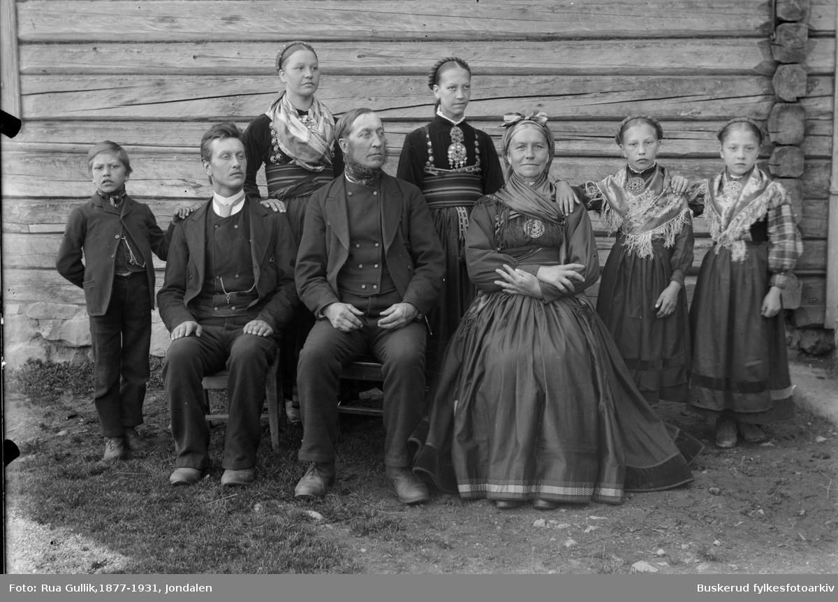 Ole G. Mosrygg (fra Omnes) og Kona Tone A.Hafsten Barn fra v.: Andres Mosrygg(1888...) Gunleik Mosrygg (1868.....) Gunhild Mosrygg (1872....) Guri Mosrygg (1876....) og Aslaug  Mosrygg og Ragnhild Mosrygg (1885....)  Ole Moserygg med sin familie seks barn 1896