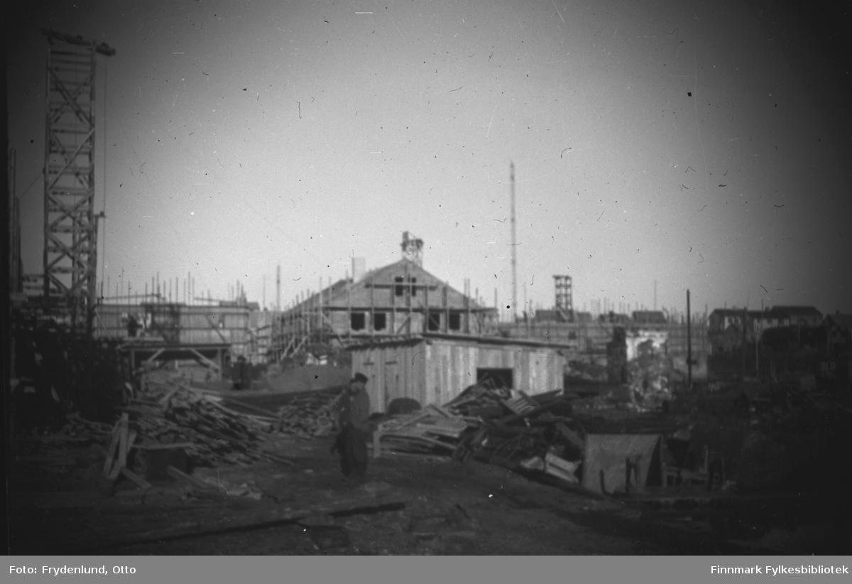 Bygninger rundt torget i Vadsø under bygging i 1947. Vi ser forskalinger, stillaser og heisekraner
