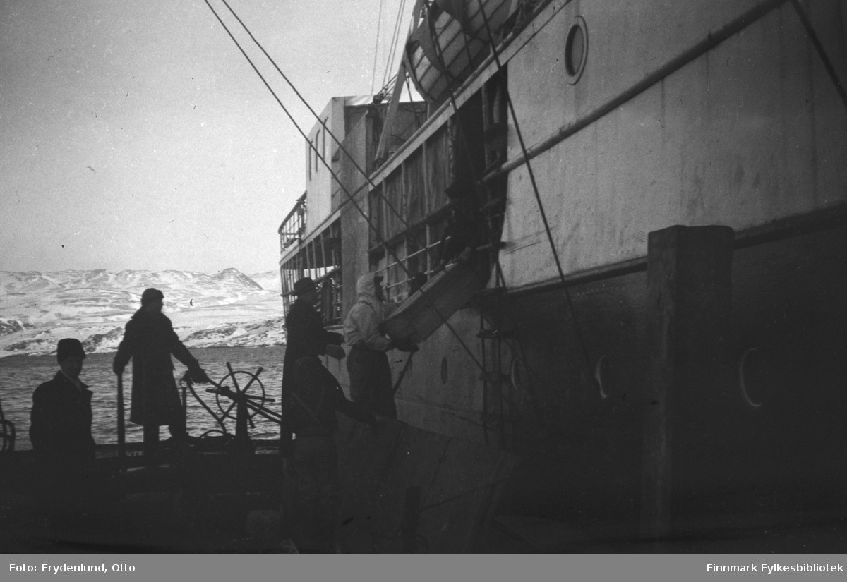 Hurtigruteskipet d/s Finmarken ved kai i Båtsfjord 1949
