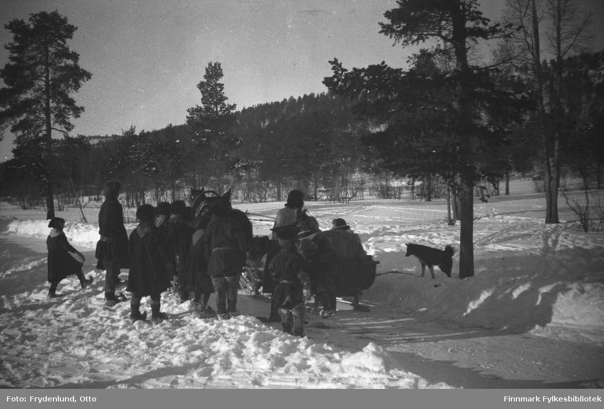 Samiske barn stimler sammen rundt en hesteslede som skal legge ut på tur. I flg bildeteksten er dette Den Norske turistforenings representant frøken Tonberg som skal inspisere fjellstuene på vidda. Nærmest sleden står frøken Horne