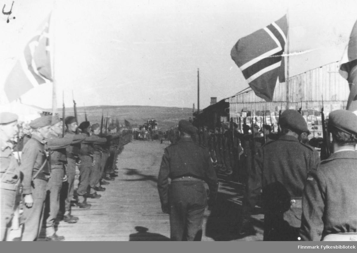 Bildet viser: Fra kronprins Olav's besøk sommeren 1945. Ã¿resvakt for kronprins Olav.
