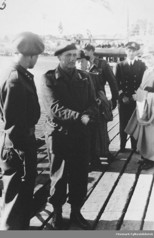 Bildet viser: Fra kronprins Olav's besøk sommeren 1945. Kronprins Olav på kaia i Vadsø.