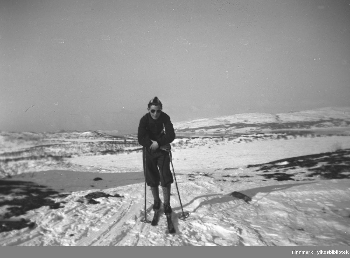Ung mann på ski på fjellet over Mikkelsnes