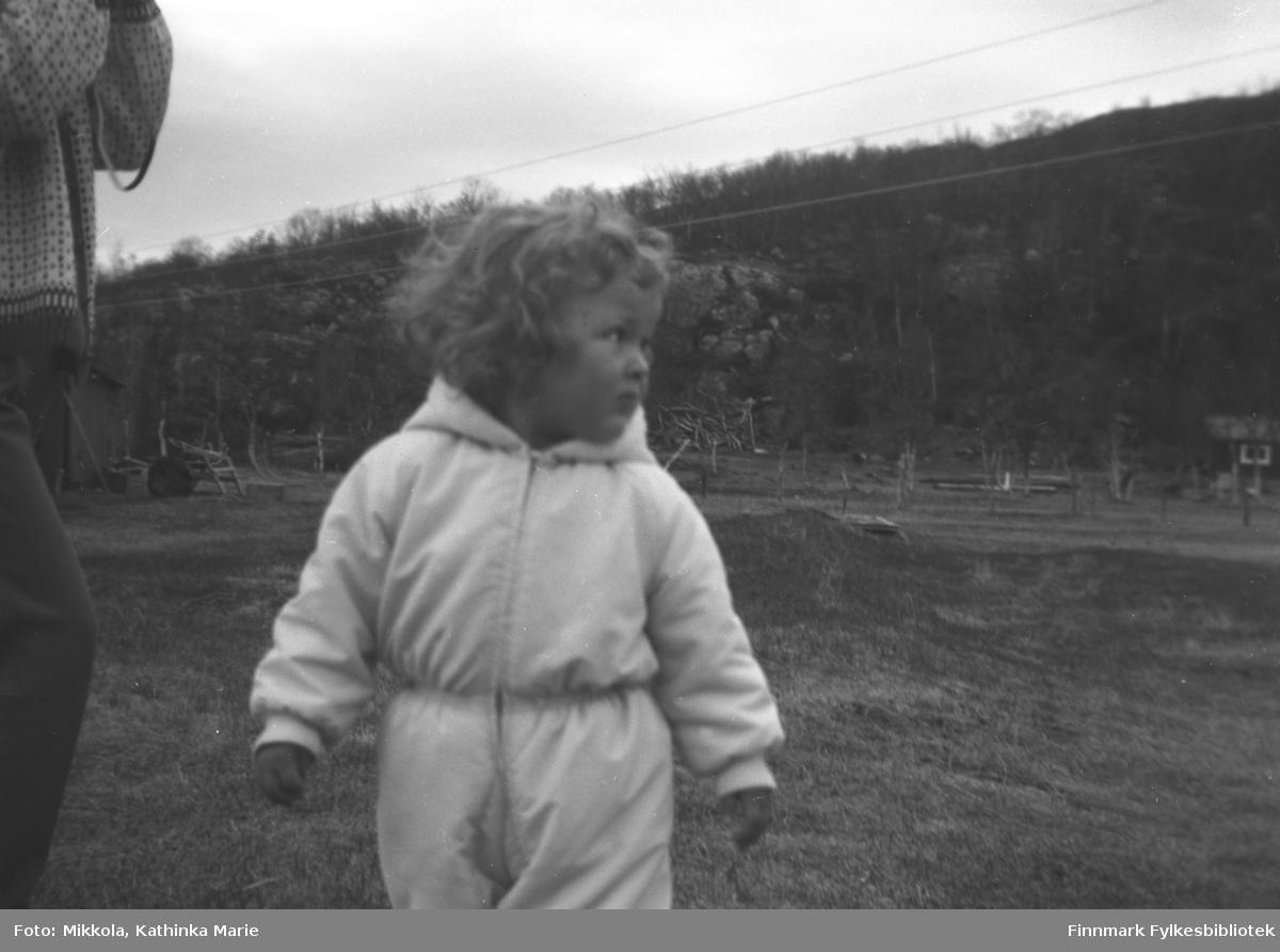 Heidi Havreberg fra Oslo på besøk hos besteforeldrene på Mikkelsnes. Heidi er datter av Karen Havreberg, f. Mikkola