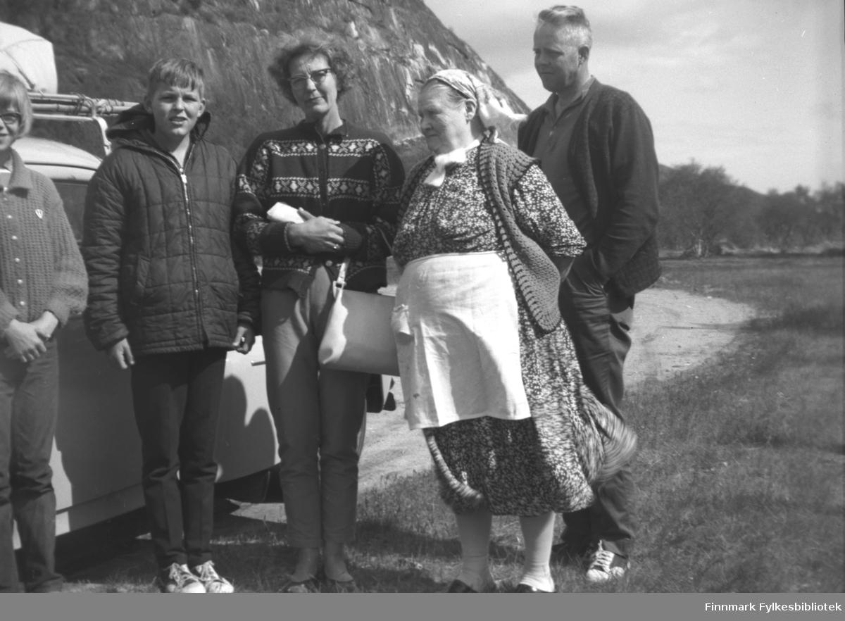 Besøkende familie med personbil på Mikkelsnes. På dette bildet vet vi bare at Kathinka Mikkola står som nummer to fra høyre