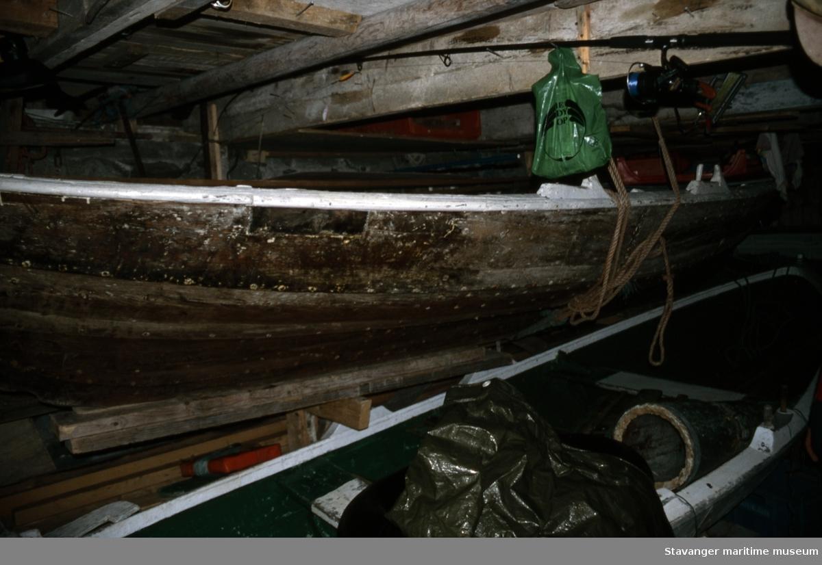 Færing - båten i perspektiv ovenfra, sett fra baugen på skrå akterover