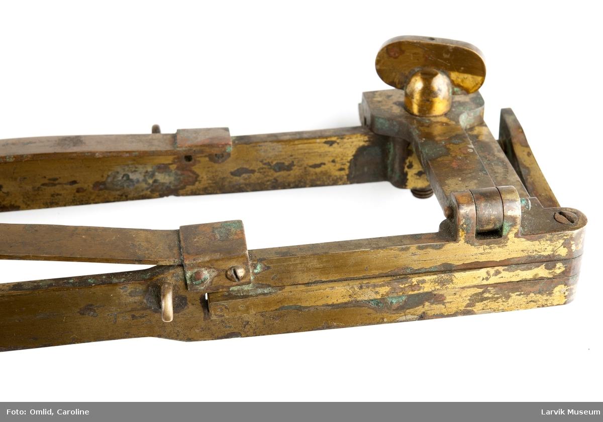 """Form: Sylinder Vannprøveinstrument, såkalt """"Nansenflaske"""" i treetui."""