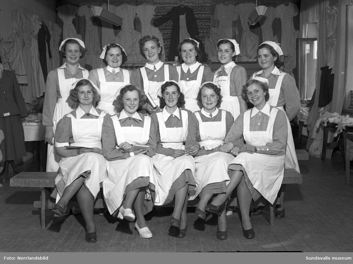 Kursavslutning på Vita Bandets barnsköterske- och husmodersskola. På bild 2 ses barnavårdläraren och föreståndaren Anna Lilja sittande längst till höger.