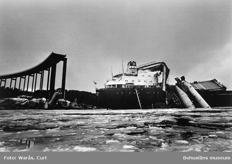 Almöbron i Bohuslän påseglad av bulkfartyget Star Clipper i januari 1980