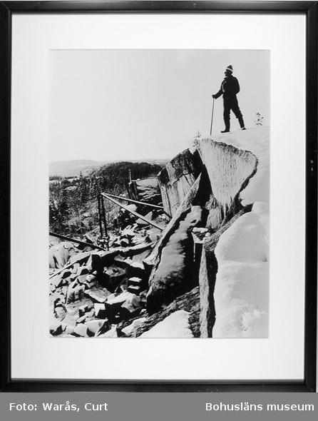 Ensam i sitt brott. Med honom dör stenhuggaryrket ut. Kurt Axelsson, Tanums siste stenhuggare. December 1973.