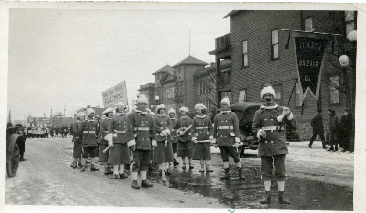 """Fra en parade i Itasca, Minnesota. Tekst på bilde; """"Vi gjer oss klare for paraden""""."""