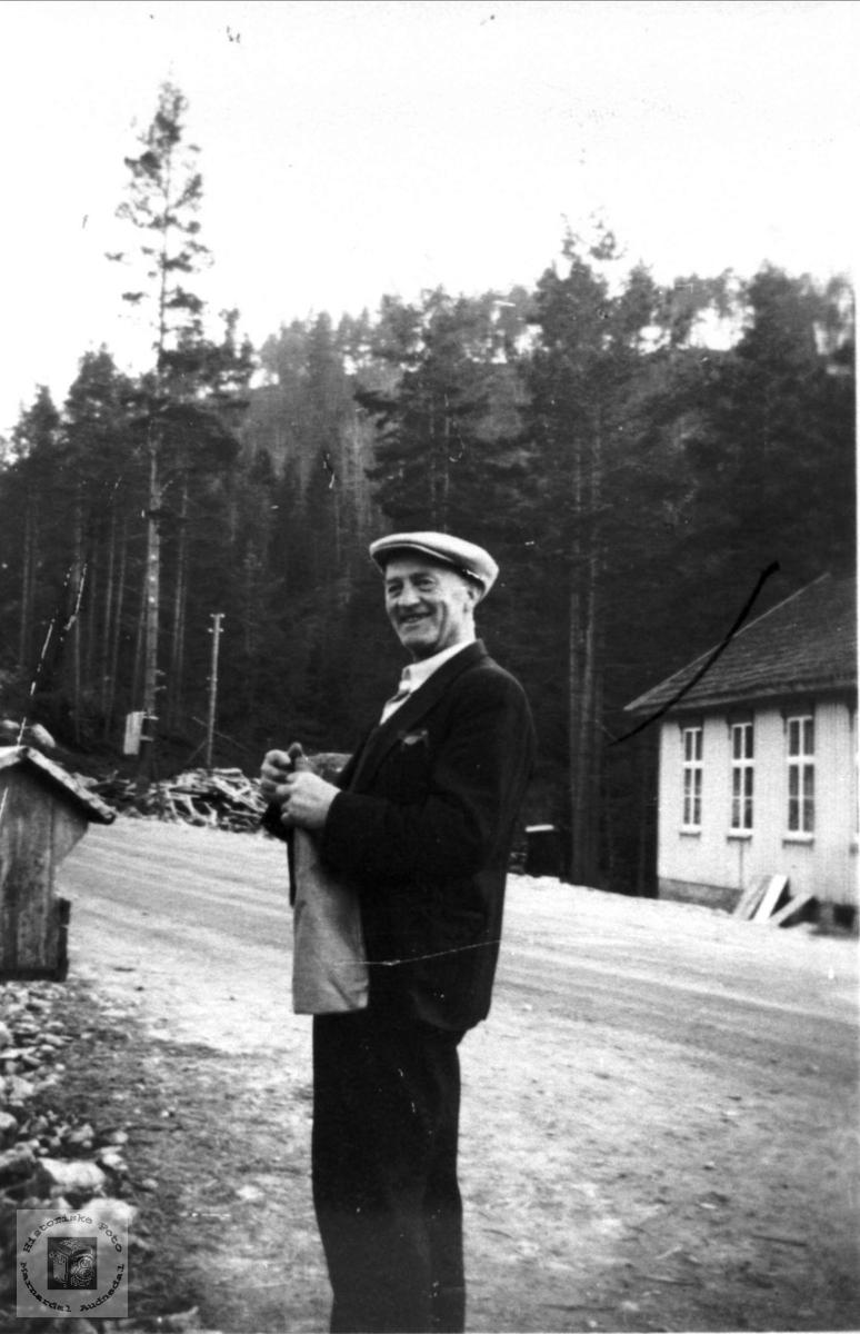 Torvald Moland hentar post på Brusletta