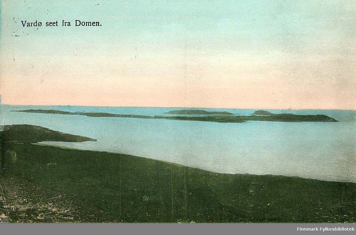 Postkort med motiv av Vardø og Vardøya. Kortet er en julehilsen til Arthur og Kirsten Buck på Hasvik, sendt fra Vardø i desember 1911.