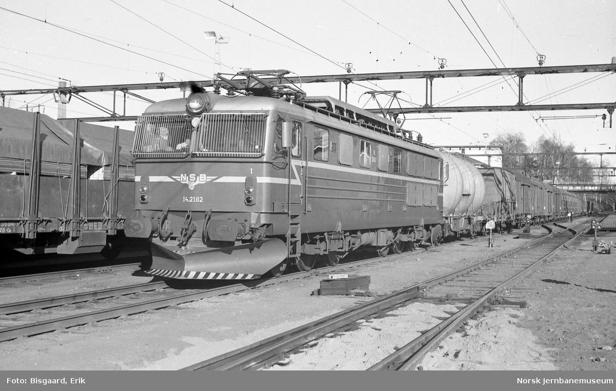 Elektrisk lokomotiv El 14 2182 med godstog på Ski stasjon