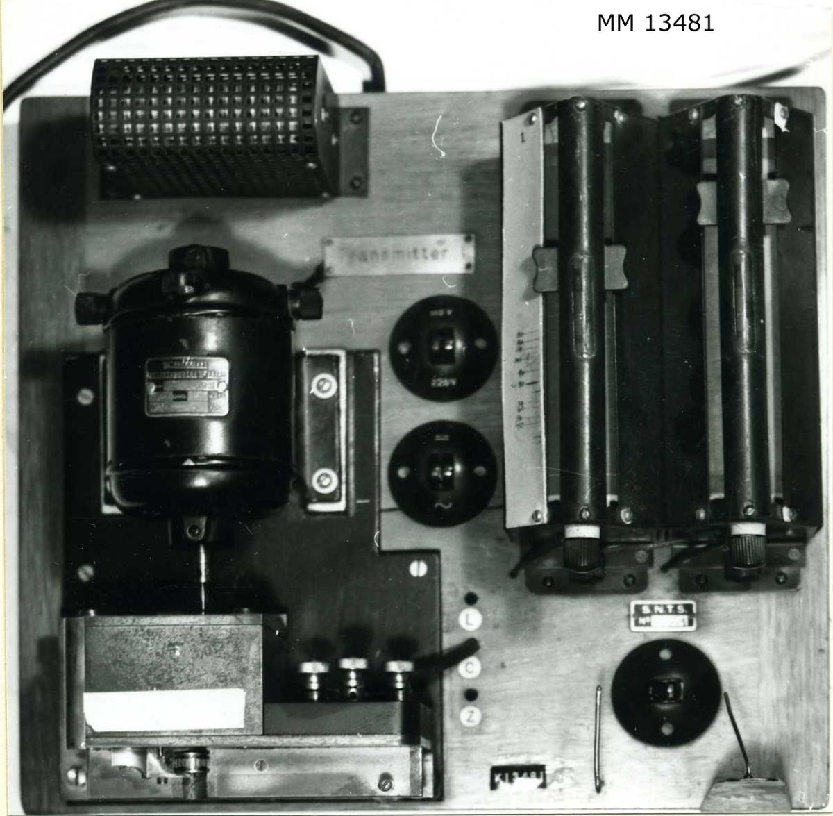 Transmitter (remssändare), automatisk telegrafapparat. Monterad på en platta av mahogny med sändare, motor, reglerbart motstånd och strömbrytare. Märkning: S.N.T.S. 70994