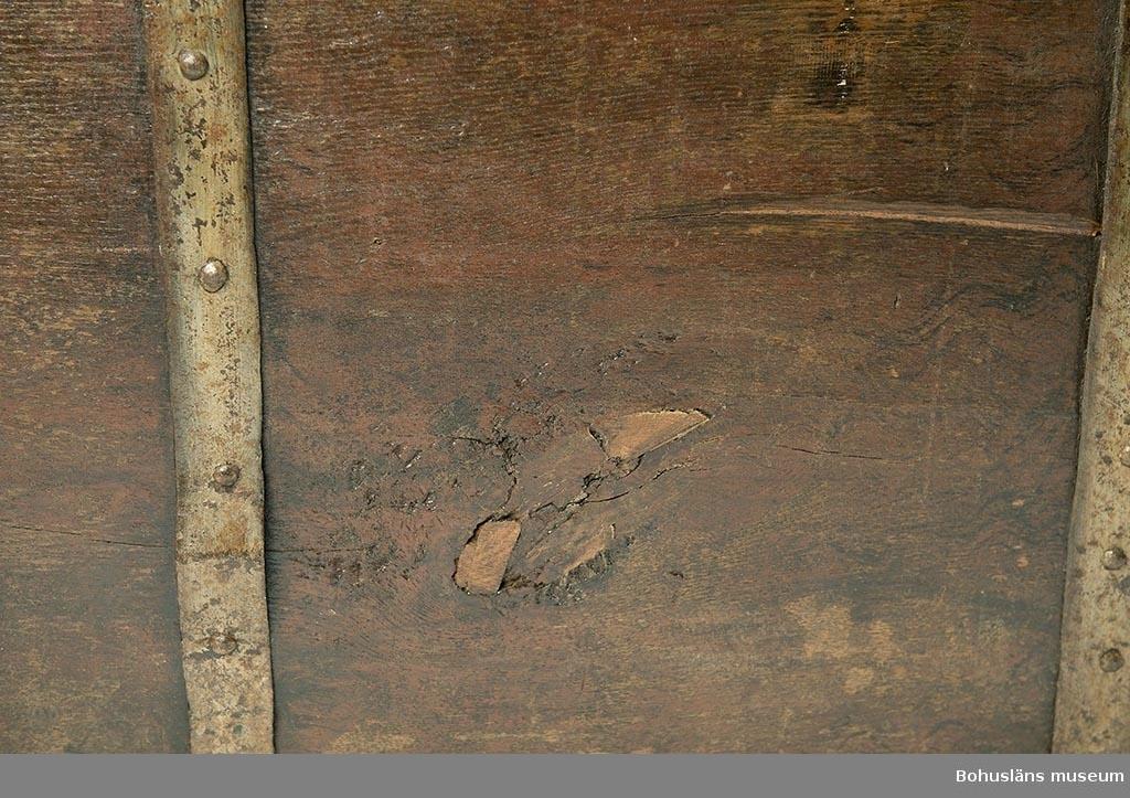 Kraftig järnbeslagen kista av ek med plant lock och mot bottnen sluttande sidor. Profilerad nederkant runt kistans botten. Kraftiga smidda bärhandtag. Mycket tungt lock. På framsidan med originalmålad text i versaler i vit oljefärg:                                                                 ERICH                                                                SIMMINGSCHIÖLD NORDRE HÄRADS                                MARTIN KISTA                                                     BORG ANNO                                                     1702 samt i mitten med Inlands Nordre Härads sigill, ett hjortdjur mot en vit rundel.  Järnbeslagen har senare bemålning med silverfärg.  På insidan utanpåliggande kistlås i original som vid renovering delvis fått ny fastsättning. Lockets motsvarande låsbyglar är troligen en senare komplettering. Nyckeln är nytillverkad i äldre stil. Rester av röd bemålning. Senare komplettering med kistfötter av tvärställda brädor i kortsidorna. Inuti senare heltäckande målning i gråblått. Till vänster läddika som går ända ner till kistbottnen, lock och med invändigt sittande handsmitt lås. Låsanordning saknas.