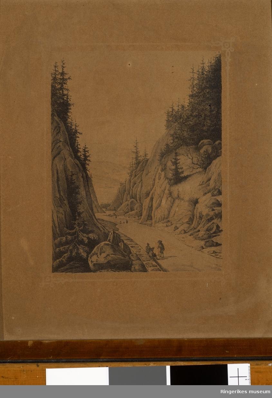 Bilde av Krokkleiva. Trykk på en litt grov papplate av enkel kvalitet. Enkel ramme rundt bildet. Bildet måler 23 X 27 cm.