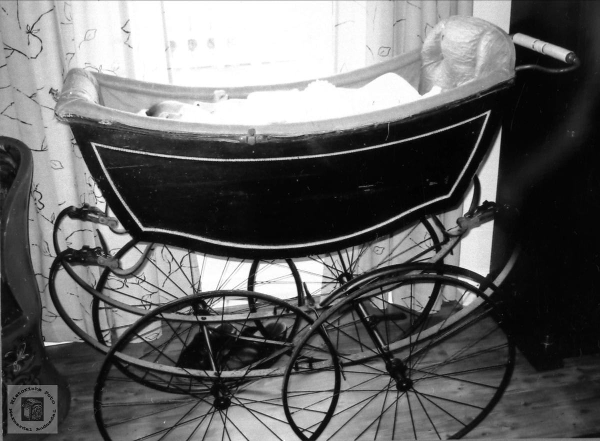 Gammel barnevogn med Andrine oppi.