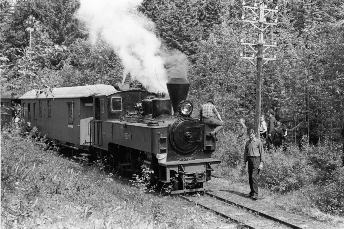 Et av de første tog på museumsbanen Urskog-Hølandsbanen ved Sørumsand, trukket av damplokomotiv 6 Høland. Turen ble arrangert for andelshavere og deres familie. Toget har stoppet underveis for vannfylling.