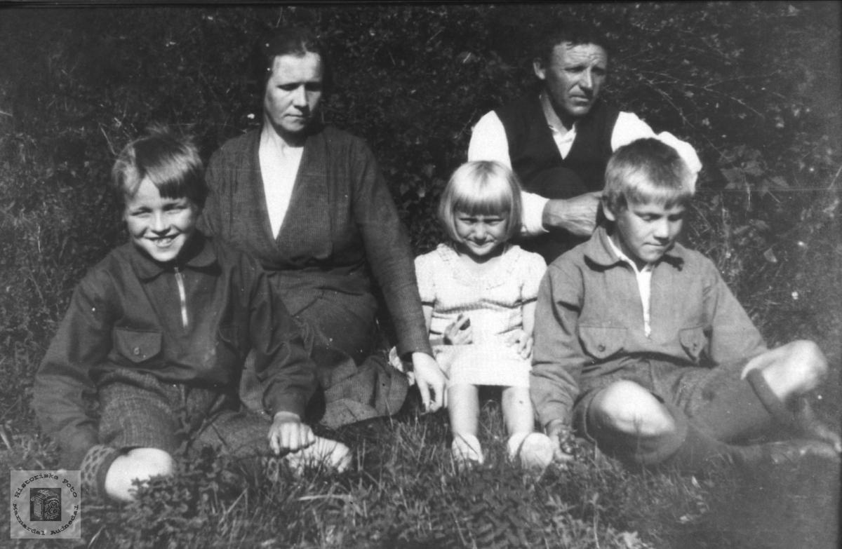 Familiegruppe. Olga og Knud Glomså