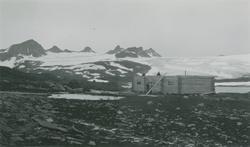 Album fra 1929-1943.  Bilde i svart/hvitt: Brakke/Krossbubra