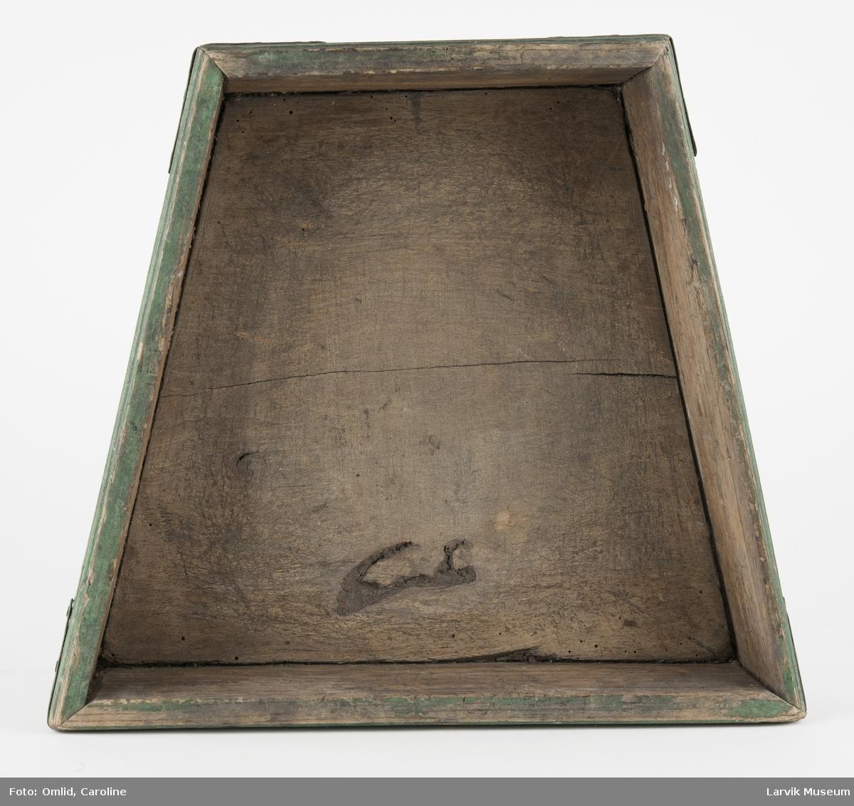 Form: trapesformet blokk. jernbeslag i hjørnene