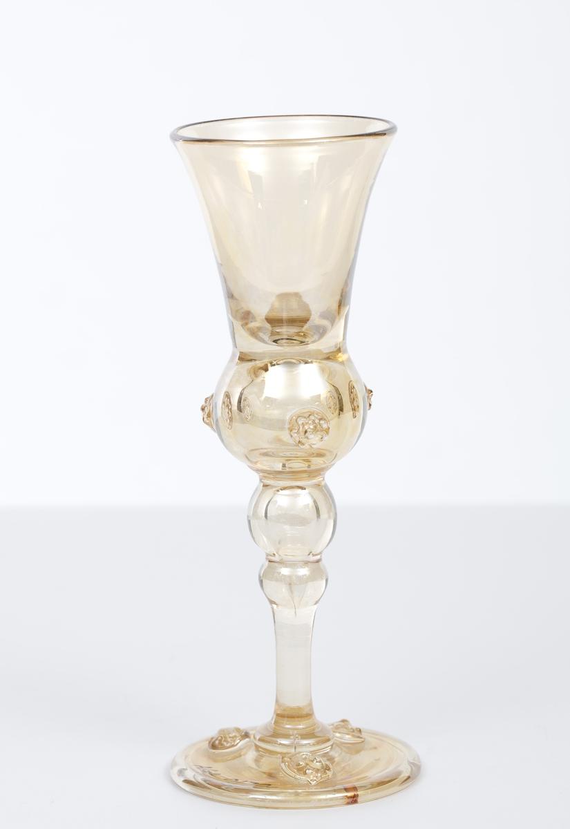 Høye drammeglass med dekor.