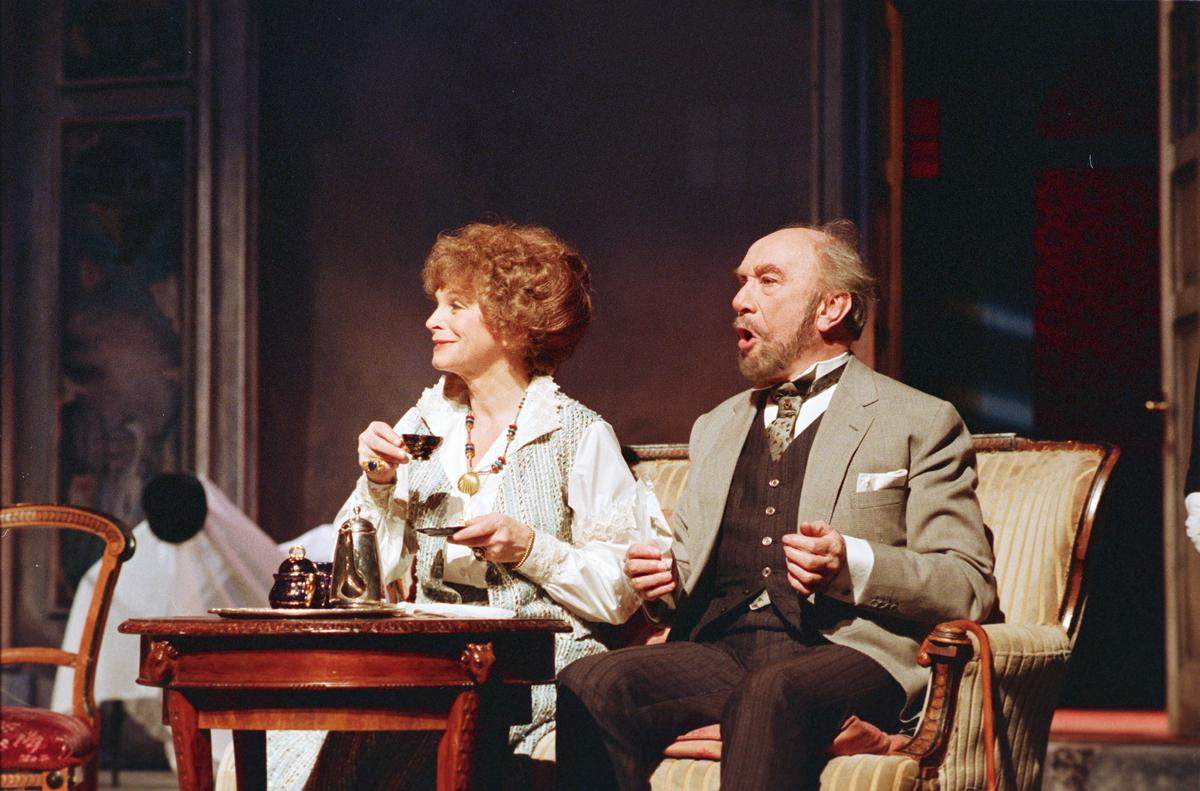 """Scene fra Nationaltheaterets oppsetning av Anton Tsjekhovs """"Krisebærhaven"""". Forestillingen hadde premiere 11. mars 1988. Ernst Günther hadde regi og Lubos Hruza kostymer og scenografi."""