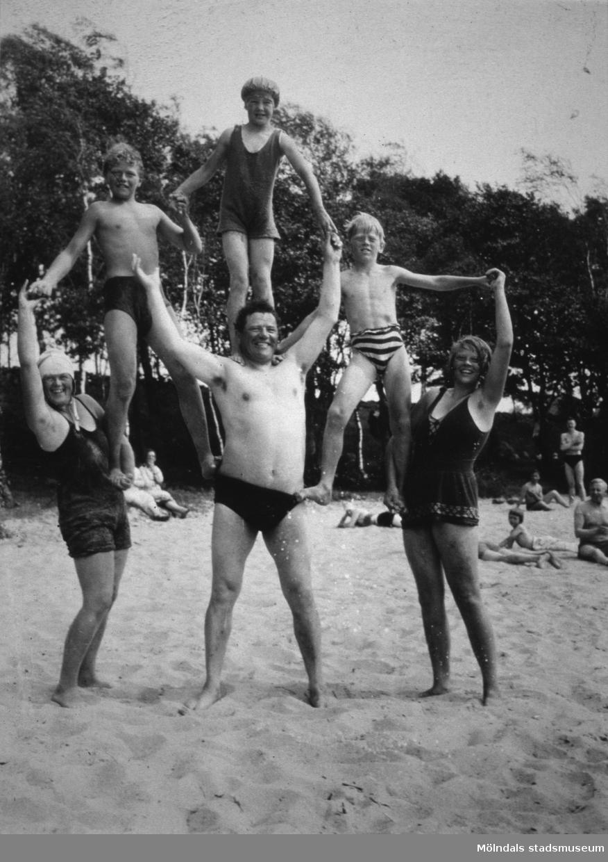 """""""Tulebos starke man"""" Karl Alberts (mannen i badbyxor) står i mitten på stranden vid Tulebosjön."""