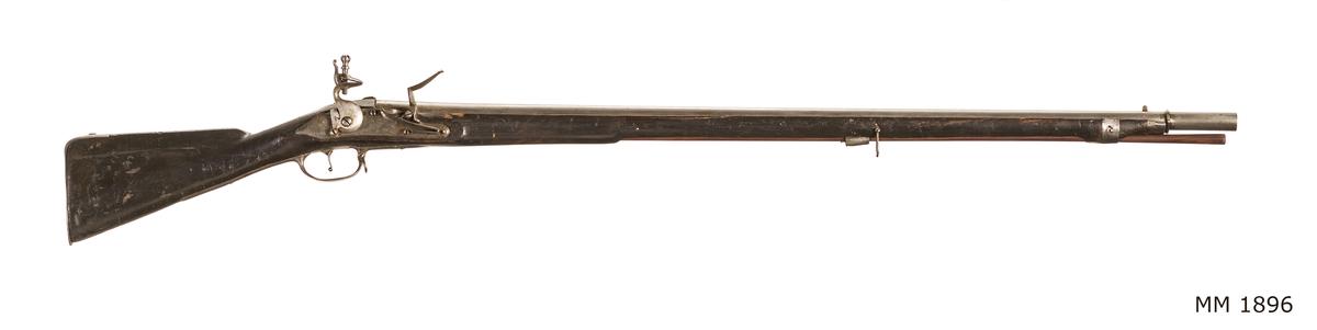 """Gevär, 1780-talet, flintlås, förändrad modell, slätborrad, utan bajonett. Märkt: """"I.F. 153"""". Kolven av trä, pipa och mekanism av stål. Beslagen av metall."""