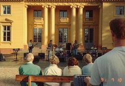 Bilderna från juli -91. Konsert utanför Gunnebo slott.