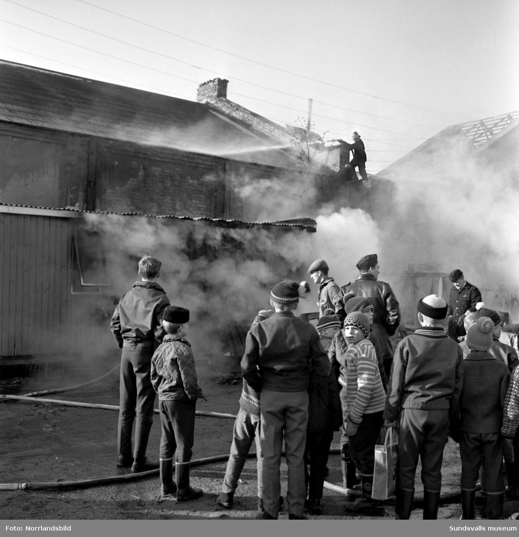 Släckningsarbete vid en brand i en byggnad vid Fabriksgatan (Universitetsallén 2015).