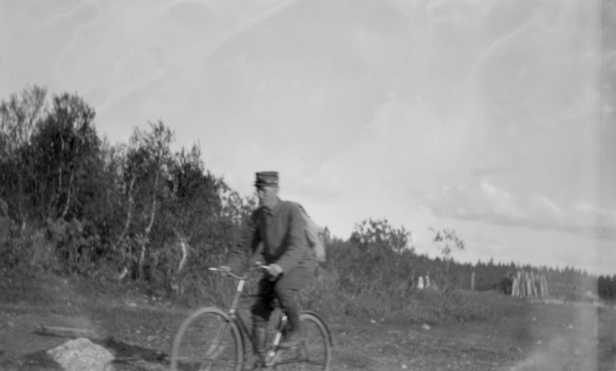 Bildet viser soldat på sykkel.Det er Sigurd Blix med den tids soldatutrustning.