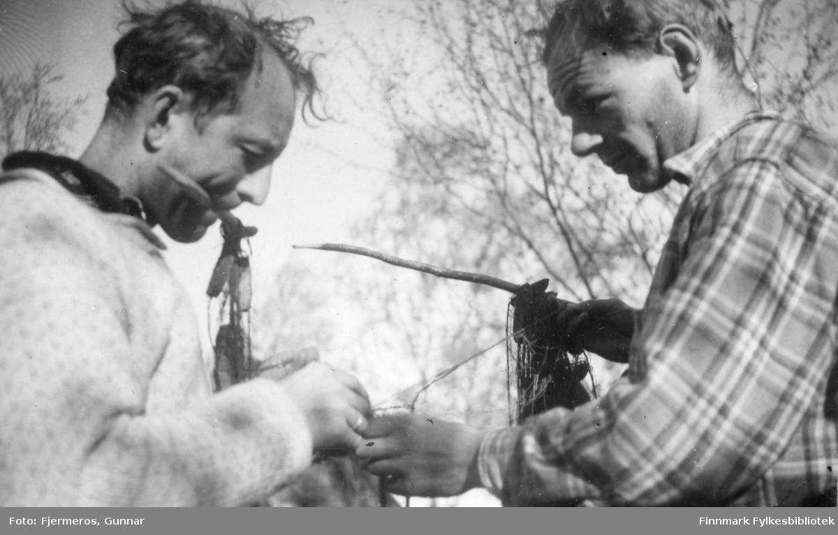 To menn på fisketur i 1947. Personer og sted er ukjent.
