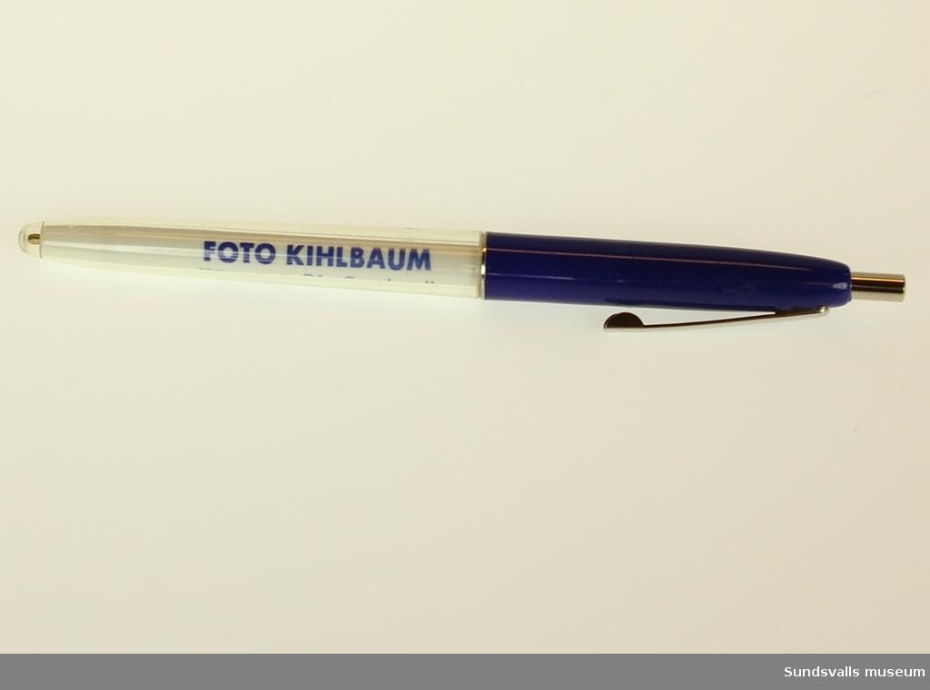 Bläckpenna i blått och vitt plasthölje.