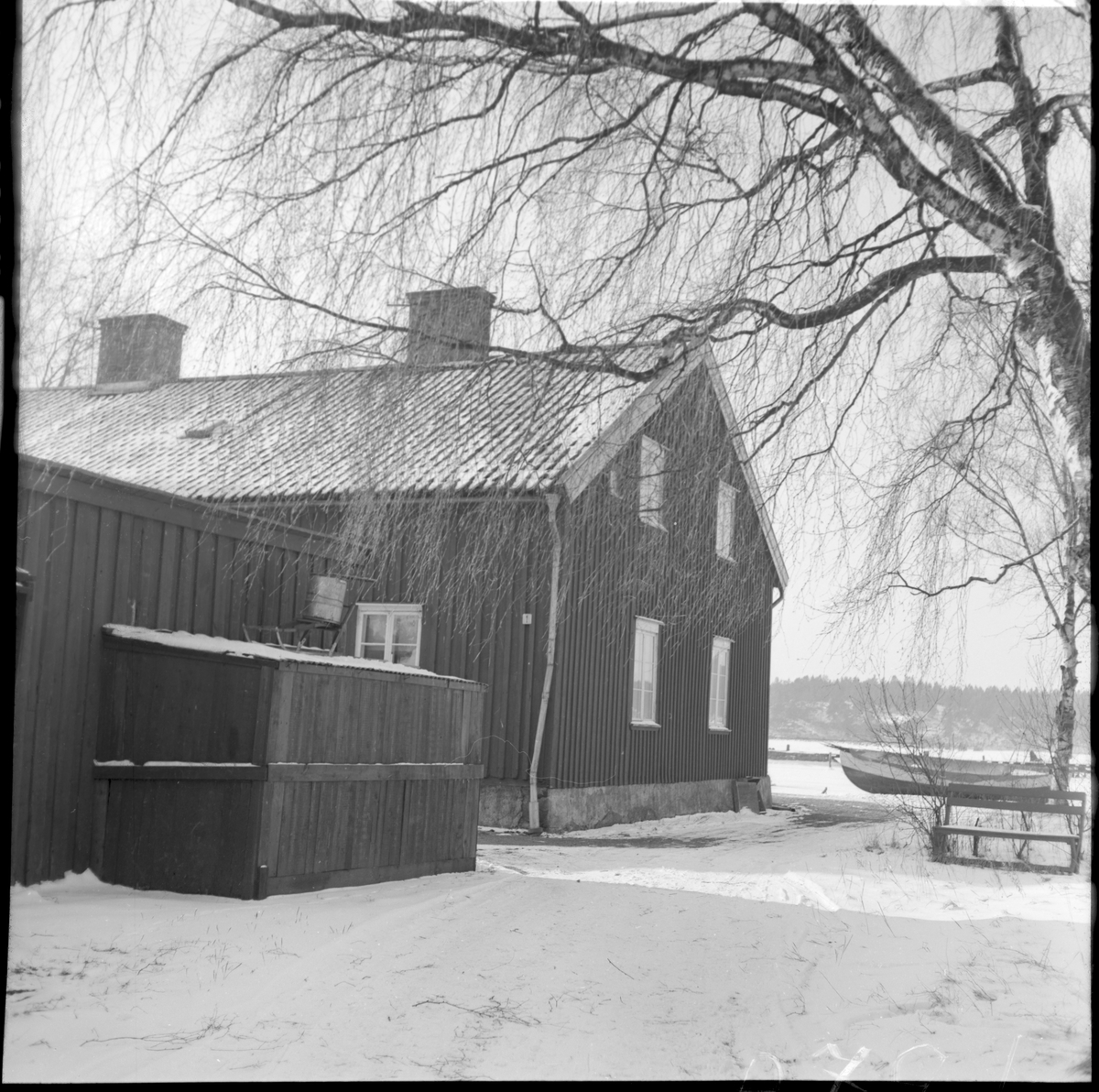Kokhuset i Vänersborg.  1838 uppfördes ett kokhus nära hamnen i Vänersborg. Syftet med kokhuset var att ge skeppsbesättningarna en möjlighet att kunna laga mat och tvätta sina kläder då det var förbjudet att ha öppen eld på båtarna som låg tätt packade i hamnen. Byggnaden rymde förutom kokrum en bagarstuga, hökarbod och ett bostadsrum. Med tiden ansågs dock kokhuset som överflödigt. Under 1870-talet hade brandordningen som förbjöd eldning i hamnen ändrats och dessutom hade Vänersjöfarten minskat efter tillkomsten av järnvägarna. 1880 började kokhuset istället användas som bostadshus vilket rymde sex smålägenheter och två spisrum. Efter flera försök att rädda kokhuset så revs det dock sommaren 1964