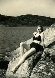 Sommaren 1940? Birgit poserar på Ösöklippan. ::