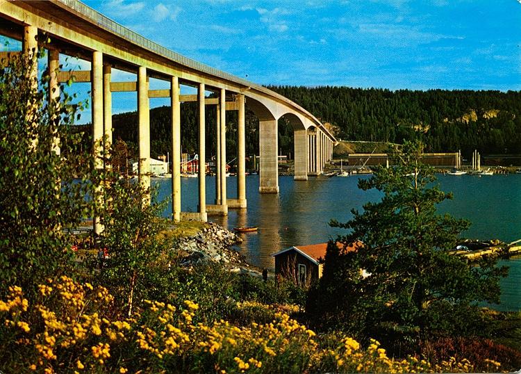 Text på vykortet: Nötesundsbron från fastlandet med Orust i bakgrunden.