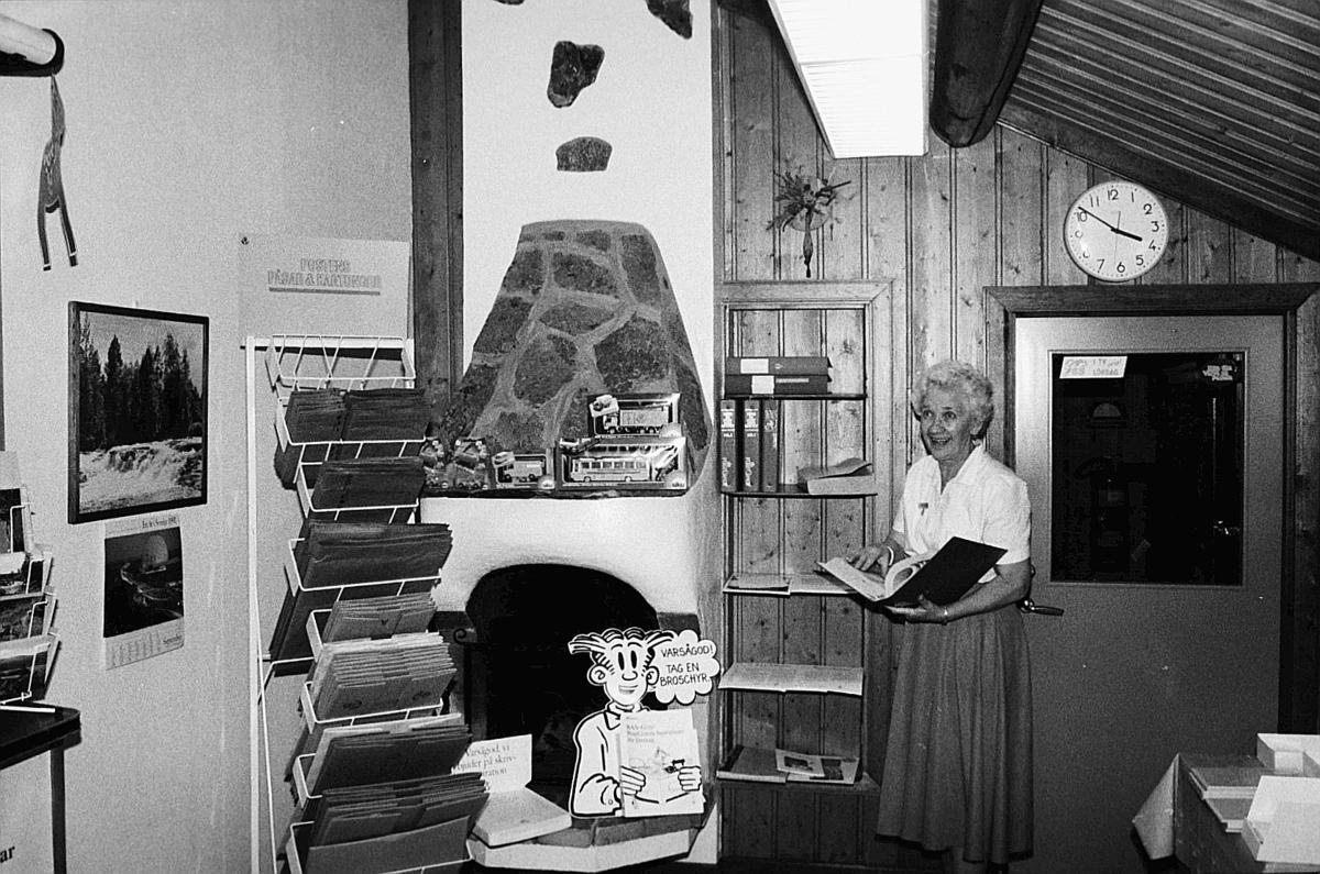 Postkontoret i Storsätern, Idre, 1990. Poststationsföreståndaren Jenny Näsvall i allmänhetens avdelning.