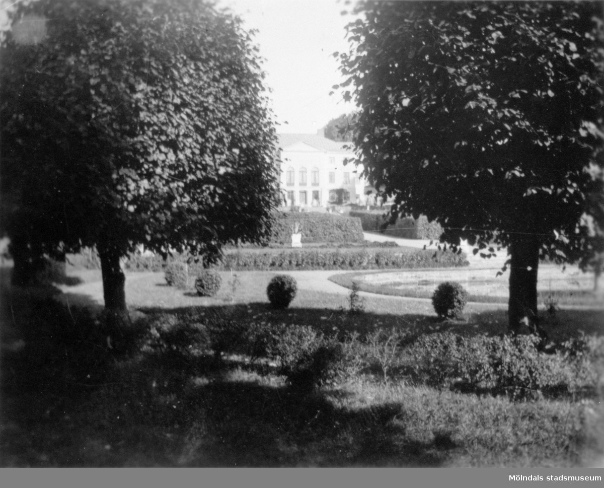 Gunnebo slottspark med byggnaden i bakgrunden, 1920-tal.
