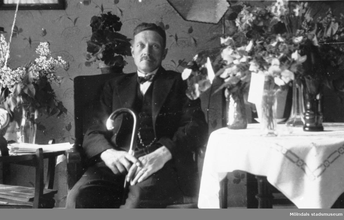 Högtidsdag och uppvaktning för Axel Larsson som fyller 50 år den 26 maj 1935. Han var anställd på Gunnebo slott.