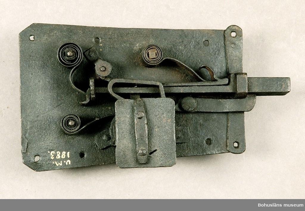 Ur handskrivna katalogen 1957-1958: Järnlås L. 27 ,7 cm. Största Br. ? Ålderdomlig typ. Nyckel saknas. Något. rostigt.