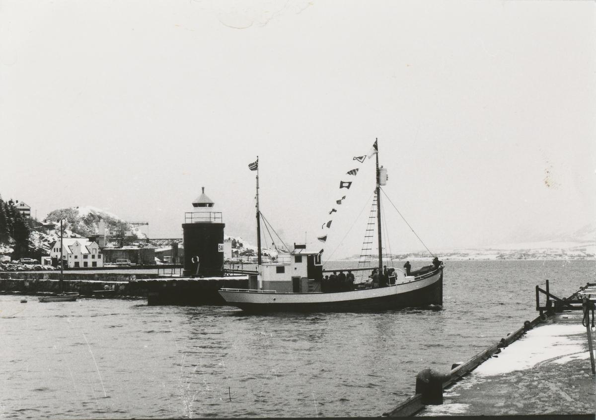 """Båten """"Heland"""" på vei ut havna i Ålesund. Gjensynstreff for Shetlands- gjengen med Shetlands- Larsen ombord."""