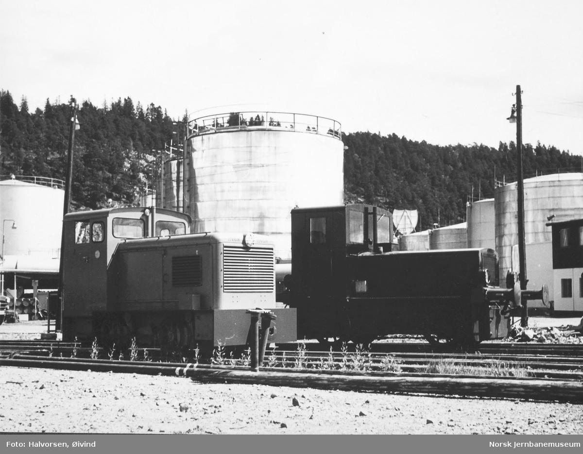 Levahn diesellokomotiv til Statens Havnevesen, Berlevåg, under prøvekjøring på Sjursøya før levering - Norske Shells diesellokomotiv i bakgrunnen